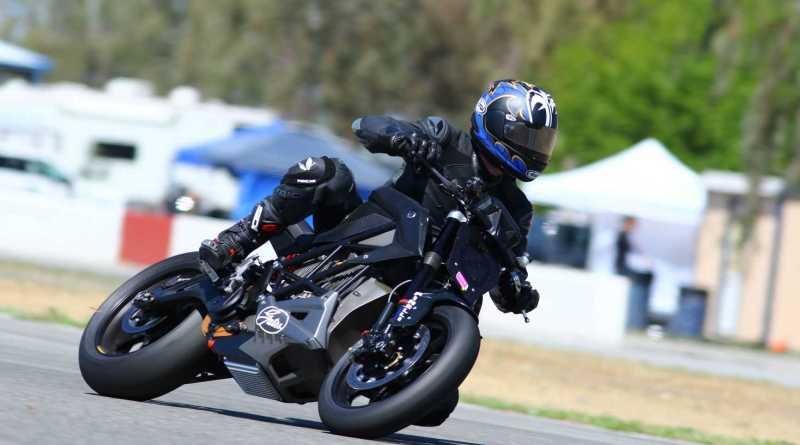 """La motocicletta Zero dotata di cinghia Gates ha corso """"fra le nuvole"""" nella Pikes PeakInternational Hill Climb"""