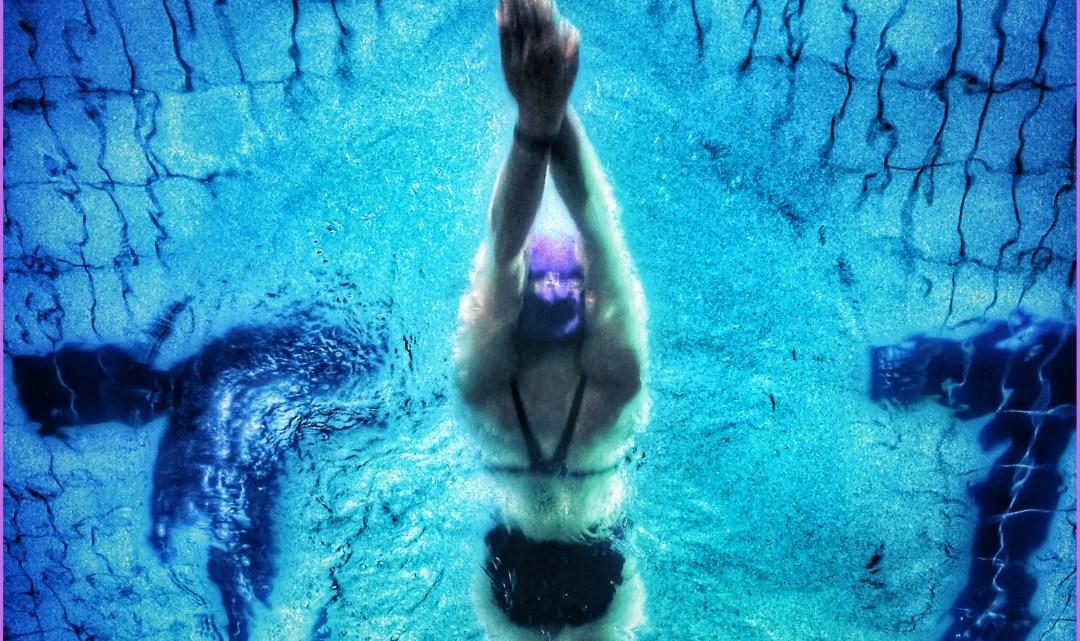uomo che nuota