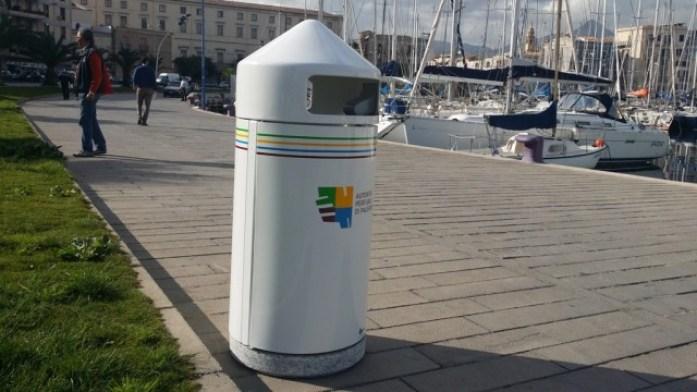 Dieci cestini per i rifiuti alla Cala