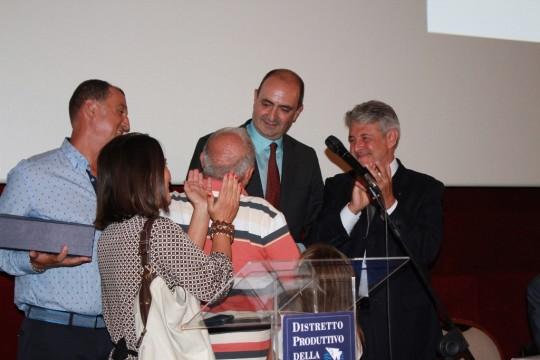 L'Ambasciare De Sanctis incontra famiglia pescatori dopo aver ricevuto targa premio Blue Sea Land