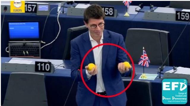 deputato-5-stelle-con-limoni-in-aula