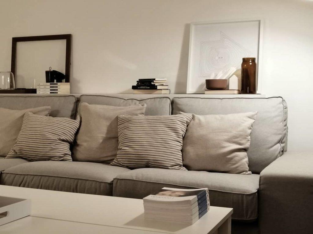 Spesso il divano viene addossato ad una parete del soggiorno. Come Decorare Le Pareti Di Casa Il Mondo Di Megh