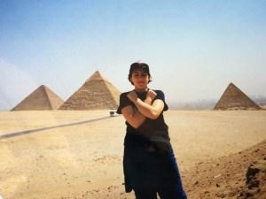 io alle piramidi mentre imito una mummia egizia
