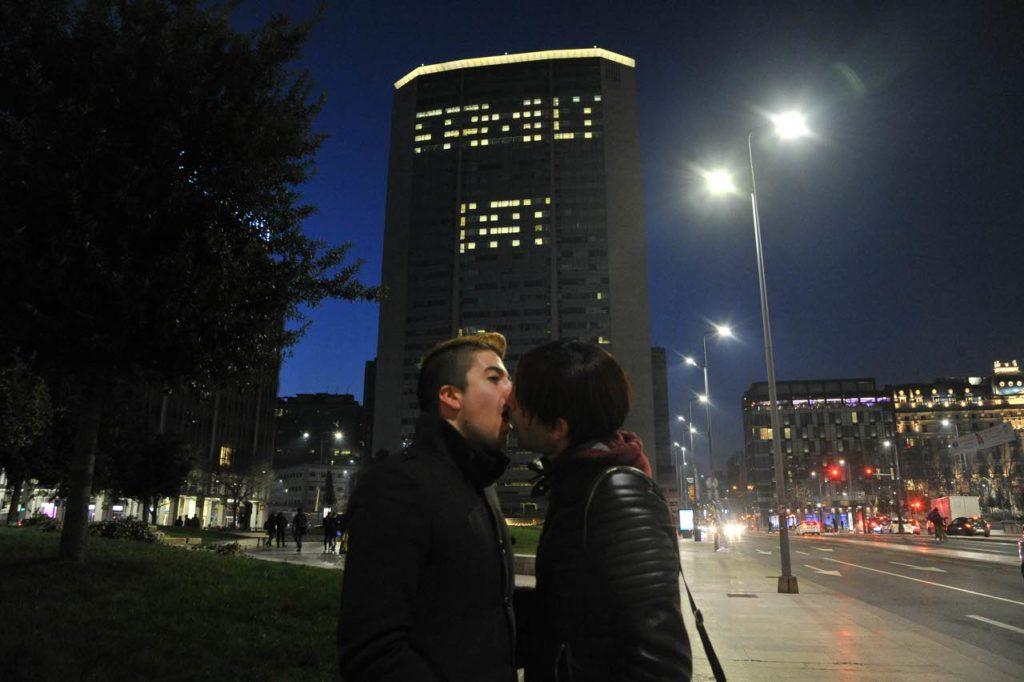 bacio gay pirellone