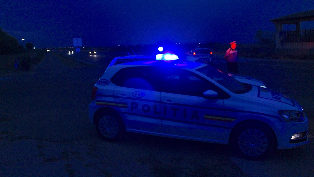 O mașină a poliției este prezentă la fața locului. FOTO Arhivă