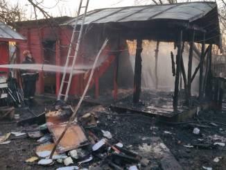 Pompierii de la Detașamentul Urzicenu intervin la un incendiu din localitatea Valea Măcrișului. FOTO ISU Ialomița