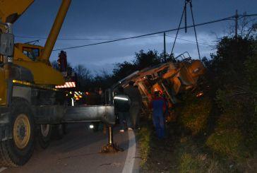 Fino a sera i lavori per liberare la strada dalla betoniera
