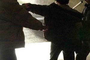 Raid teppistico in pieno centro, giovane picchiato con due estintori