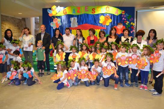 Bambini, insegnanti e preside