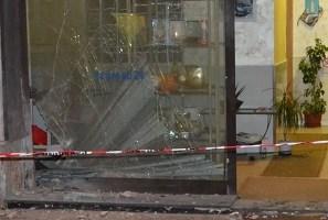 Bomba carta contro l'ingresso dell'agenzia di pompe funebri di via Ciccarone