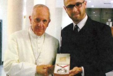 Una preziosa medaglia in argento donata al Papa