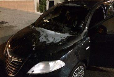 Auto a fuoco in via Cardone