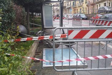 Incidente in via Vittorio Veneto, auto sradica lampione e demolisce pensilina