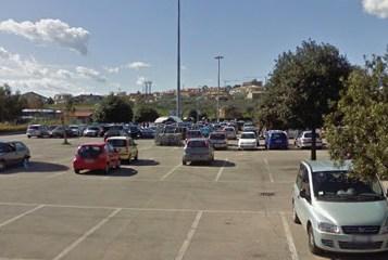 Scippi nei parcheggi dei centri commerciali. Ecco come fanno.