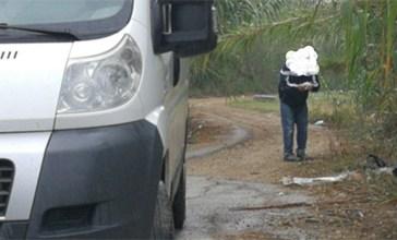 Getta i rifiuti per strada, lo incastra una foto