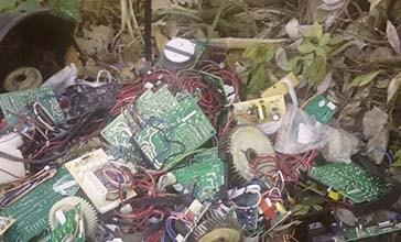 Butta i rifiuti vicino al torrente, artigiano tradito dallo scontrino