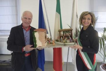 In dono al sindaco Magnacca un presepe realizzato da Francesco Rana