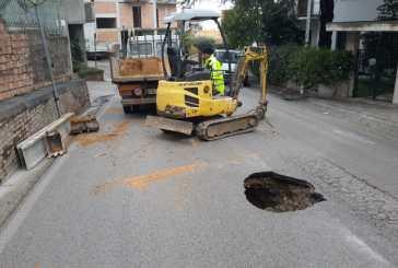 Voragine in via Fontana: si è già al lavoro  per sistemare la strada