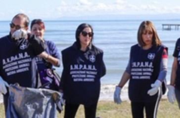 Plastic Free, a Termoli i volontari puliscono il lungomare.