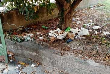 Abbandonata e piena di rifiuti l'ex stazione di piazza Fiume