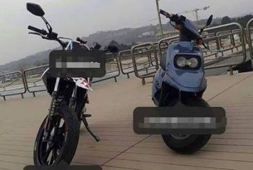 Con le moto sul Pontile, due ragazzi postano le foto su internet