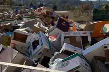 Cartoni abbandonati, rifiuti e bottiglie di plastica, una vera e propria discarica a cielo aperto