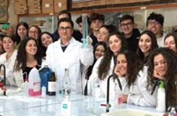 Con camici e pipette, gli studenti del Mattioli di San Salvo realizzano un disinfettante