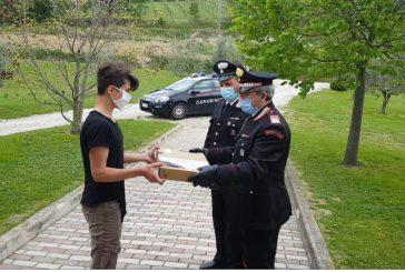 I Carabinieri di Chieti consegnano personal computer agli studenti