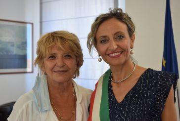 L'attrice e scrittrice Laura Efrikian in vacanza a San Salvo, accolta e salutata dal sindaco Magnacca