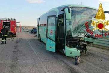 Auto contro autobus, un morto e nove feriti