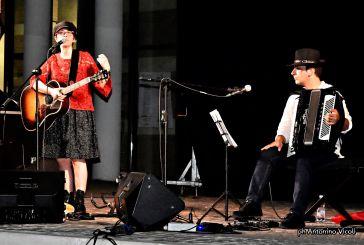 """Un vero successo il tour estivo della cantautrice Lara Molino con """"Donne, Santi e Briganti"""""""