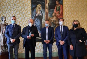 Operatrice sanitaria diventa un personaggio del Presepe, consegnata a Mons. Bruno Forte la statuina