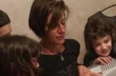 Madre in casa con 10 figli,