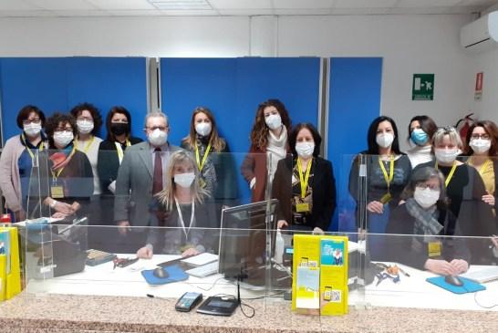 Il direttore e le dipendenti dell'ufficio postale di Vasto Centro