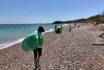 Vasto, raccolti 25 sacchi di rifiuti nell'oasi di Punta Aderci