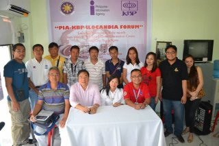 PIA KAPIHAN. National Tobacco Administration (NTA) chief Edgardo D. Zaragoza (center) pose with members of the media led by PIA Ilocos Norte Provincial Manager Freddie Lazaro (seated, right) and KBP – Ilocos Norte Chapter President Celestina Paz (seated, second from right) during the first PIA-KBP Ilocandia Forum which was launched recently. (Photo by PIA-Ilocos Norte)