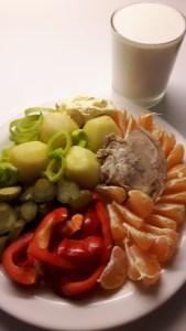 Liha kartulite, köögi-ja puuviljadega