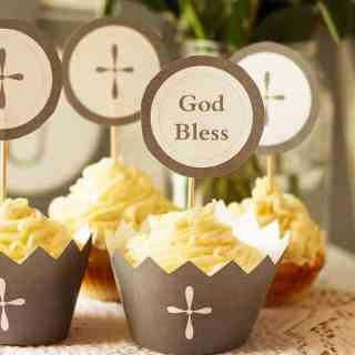 First Communion Party Ideas including favors, recipes for white chocolate cupcakes, mini pavlovas, gift ideas and printables. Beautiful communion decor by ilonaspassion.com I @ilonaspassion