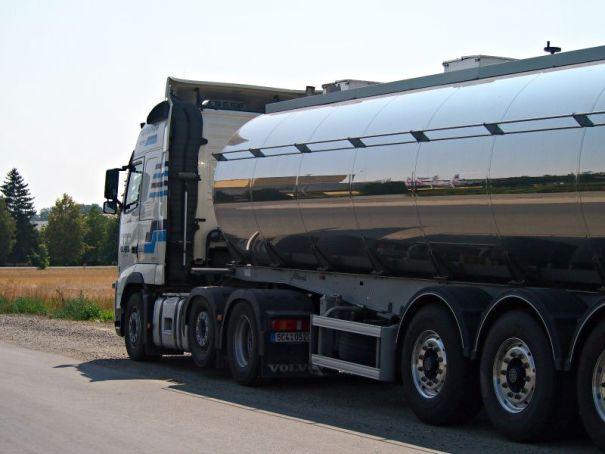 kamion, co vozí mléko do sýrárny