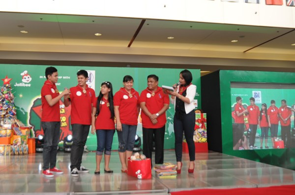 Radio DJ and event host Cerah Hernandez interviewed the Rayo family, the 3rd Jollibee Family Values Awards winners from Metro Manila. The family shared that making Christmas happier