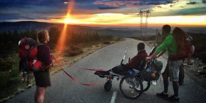"""Al Cinelux """"Ti porto io"""": due amici e una carrozzina lungo il Cammino di Santiago"""