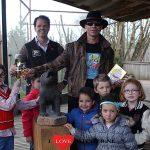 Dolfje en Paul van Loon onthulen beeld van 'Canis Lupis' in Gaia Zoo – Fotoreportage