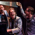 Lachen en meezingen bij muzikaal cabaret Enge Buren, RUK! tot en met april 2017 in de Theaters