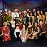 Wendy van Dijk verrast cast On Your Feet! met eerste exemplaar castalbum