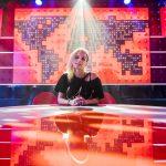 Zangeres LAKSHMI zingt tijdens de Robbie van Leeuwen sessies in De Wereld Draait Door