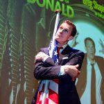 Ook tijdens afzettingsprocedure biedt comedian Greg Shapiro de 'Trump Survival Guide'