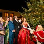 Hoofdrolspelers musical Anastasia ontsteken kerstlichtjes in Scheveningen