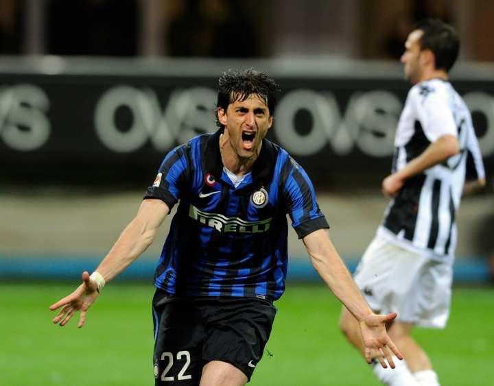 Diego Milito festeggia un gol contro il Siena | Numerosette Magazine