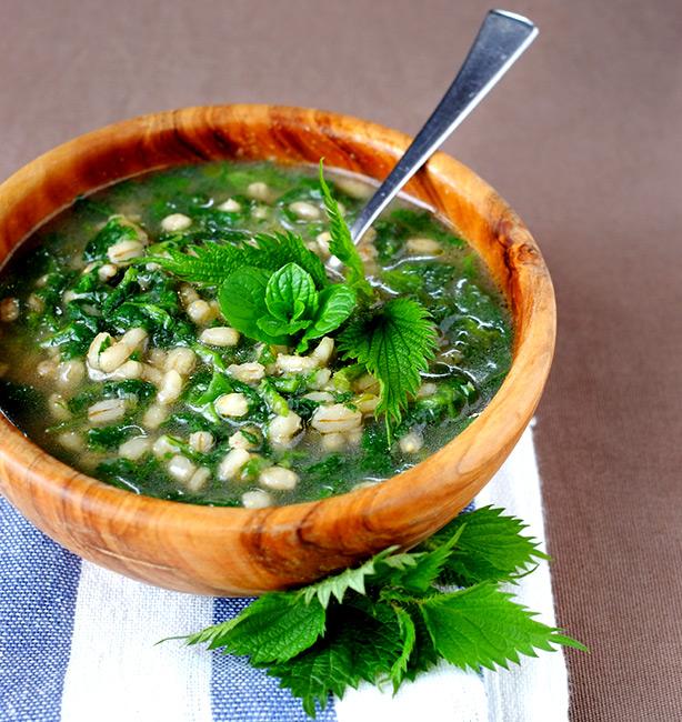 zuppa di orzo e ortica