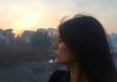 La malinconica fotografia di Virginia Raggi davanti all'incendio di una pineta
